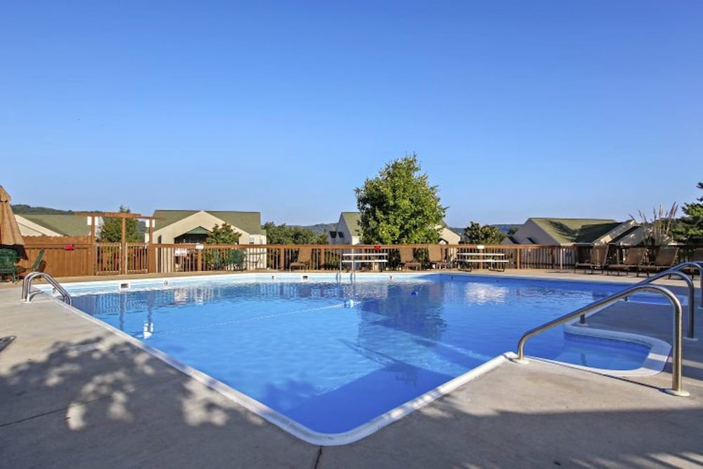 Pool, Street level condo next to Table Rock Lake and Silver Dollar City. Indoor pool!