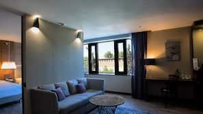 Minibaari, tallelokero huoneessa, pimennysverhot, silitysrauta/-lauta