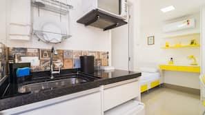 Kylskåp, mikrovågsugn (vid begäran) och grytor/köksredskap
