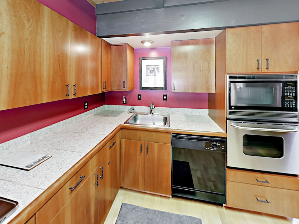 Private Kitchen, 3br Gem, Walk To Tahoe House Bakery 3 Bedroom Cabin