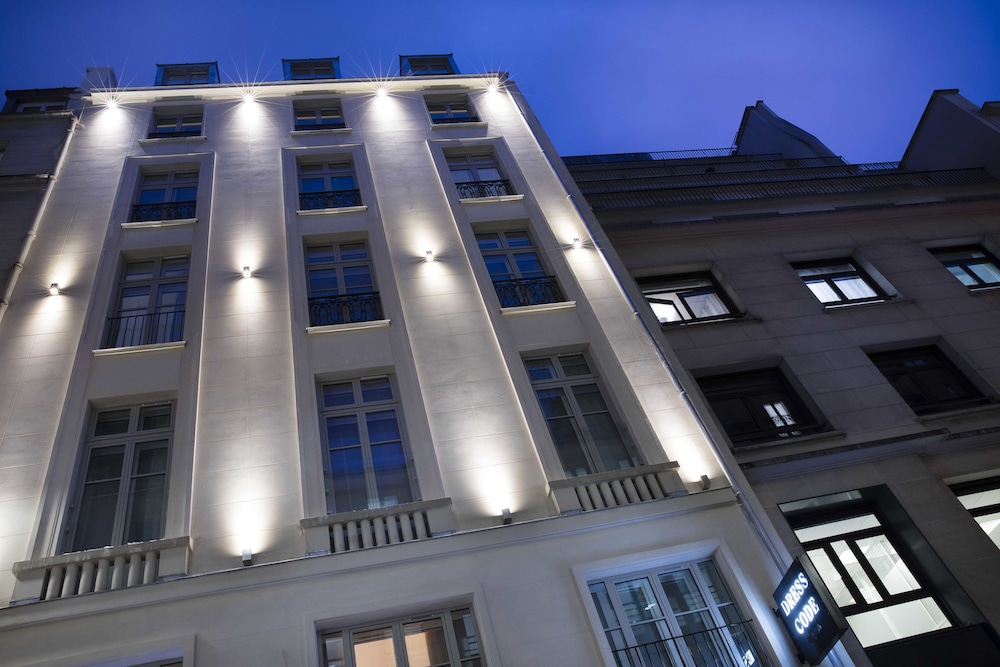 Front of Property - Evening/Night, Hôtel Dress Code & Spa