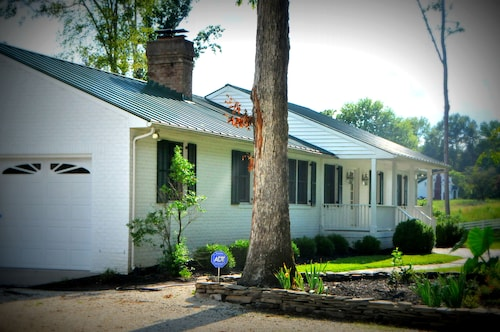 Great Place to stay Luxurious Cottage Retreat Convenient to Williamsburg, Yorktown and Richmond near New Kent