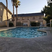 Beautiful Townhouse, Gated. Pool, Tennis Club, 2 car Garage