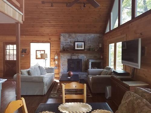 Beautiful 3 Br Pet Friendly Mountain Home- Sleeps 6