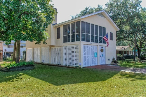 Magnolia Cottage Dog-friendly, Fenced Yard, Screened Porch. 3 Blks to Beach