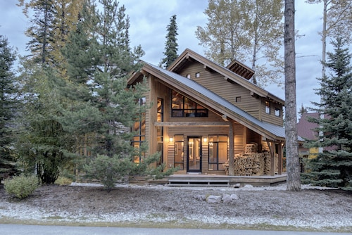Ski-in, Ski-out, Large Open Concept Floorplan, Floor to Ceiling Windows, hot tub