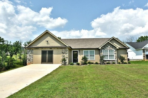 New!! Lakefront Home With 4br/2ba