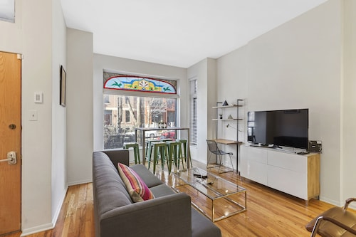 4 Bedroom 3 Bath Duplex, Modern Design, Sleeps 10! Heart of Lincoln Park