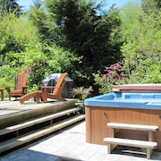 Cedar Shack Cabin With Private Hot Tub 200 Feet From Chesterman Beach