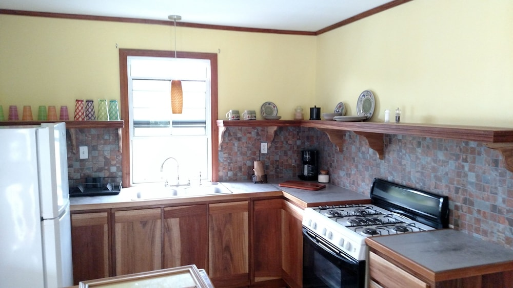 Private Kitchen, 600 sq ft Casita W/pool for Short or Long Term Rental