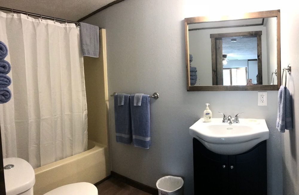 Bathroom, Calm Waters Cabin Resort