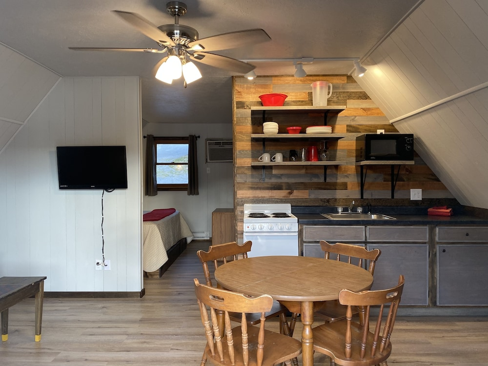 Private Kitchen, Calm Waters Cabin Resort