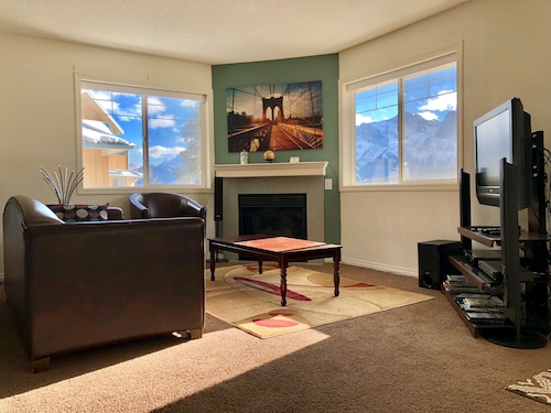 2 Bedroom Condo, Mountain View, Hot Tub and Sky Resort Nearby