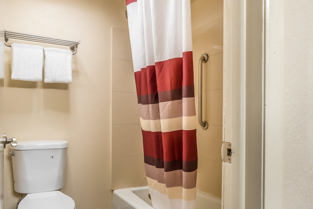 Bathroom, Red Roof Inn Chicago - Alsip