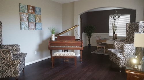 Great Spacious 3800 Sqft Vacation Home W/pond, Bonus Room and Piano!!!