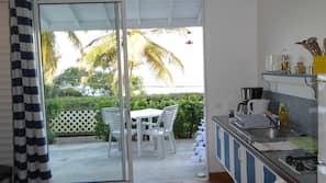 Grand réfrigérateur, micro-ondes, four, cafetière/bouilloire