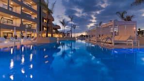 7 piscines extérieures, parasols de plage, chaises longues