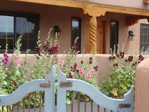 Great Place to stay Ravens Ridge Bed & Breakfast near Santa Fe