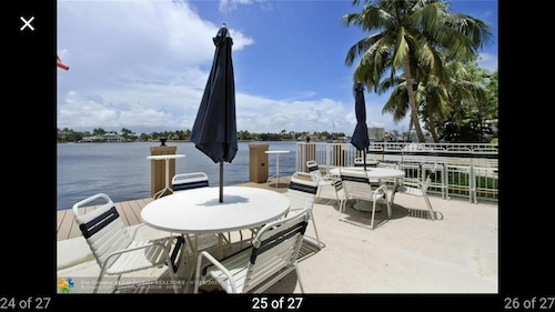 Paradise on the Intracoastal 1 Block From the Beach!