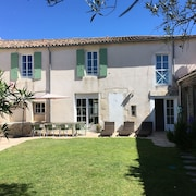 Family House in the Heart of the La Couarde Village With Private Parking Spaces