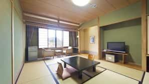房內夾萬、書桌、手提電腦工作空間、熨斗/熨衫板