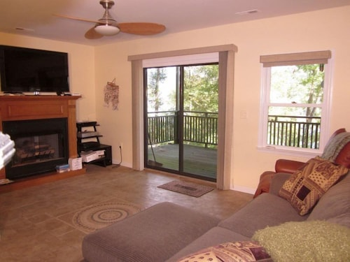 Great Place to stay River Overlook - 3 Br Cabin near Whitwell