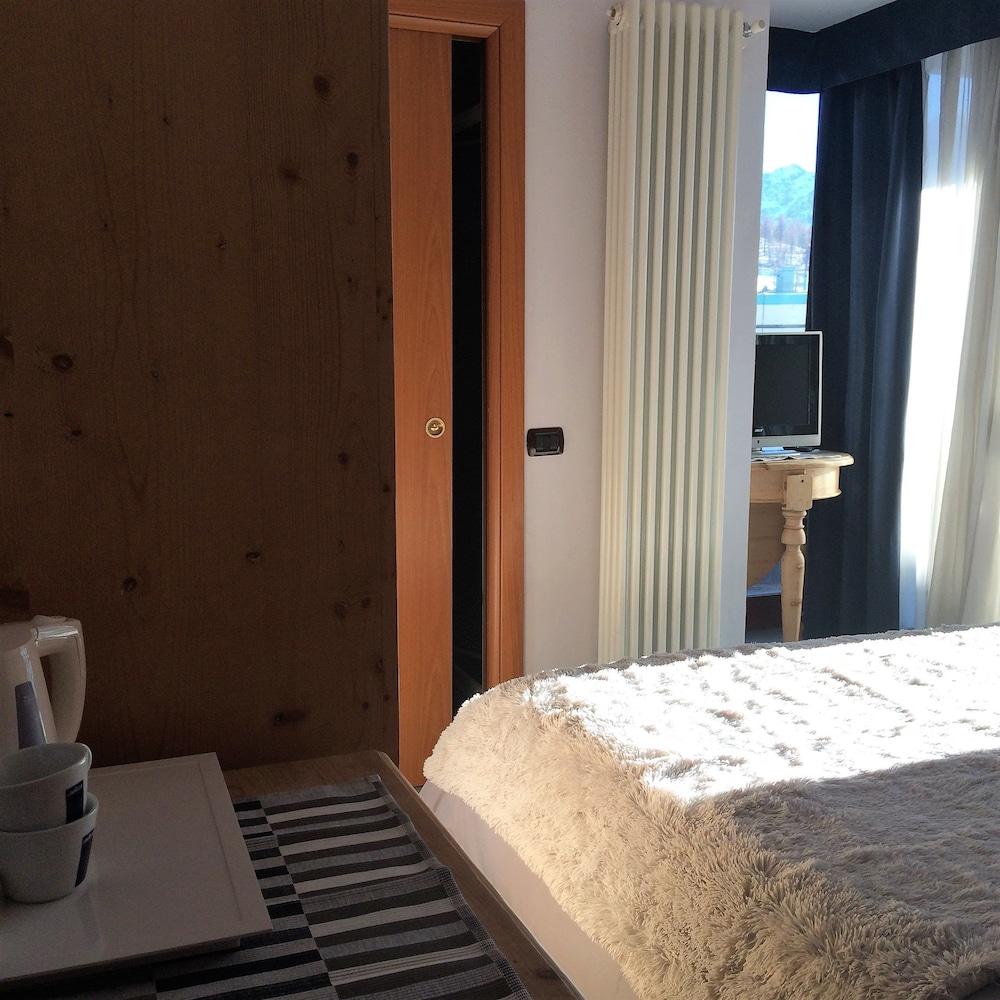 ... Camera (Monolocale, Balcone, Vista Montagna) ...