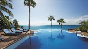 2 piscinas al aire libre, una piscina con borde infinito, sombrillas