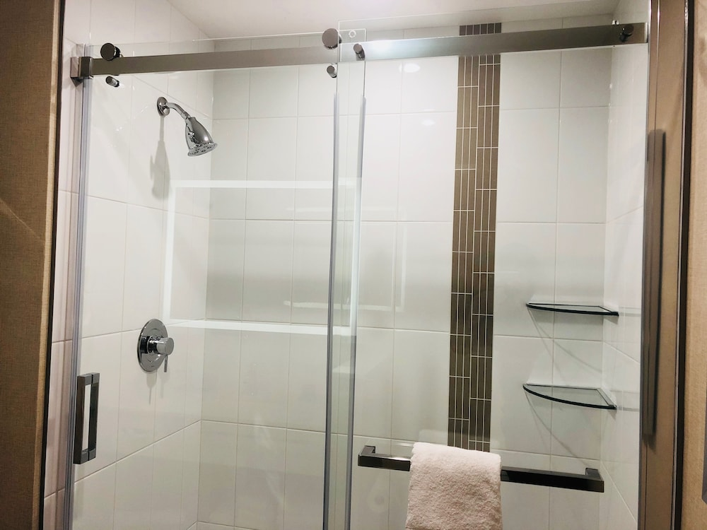 Bathroom Shower, Wingate by Wyndham Kamloops