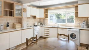 Grand réfrigérateur, micro-ondes, four, lave-vaisselle