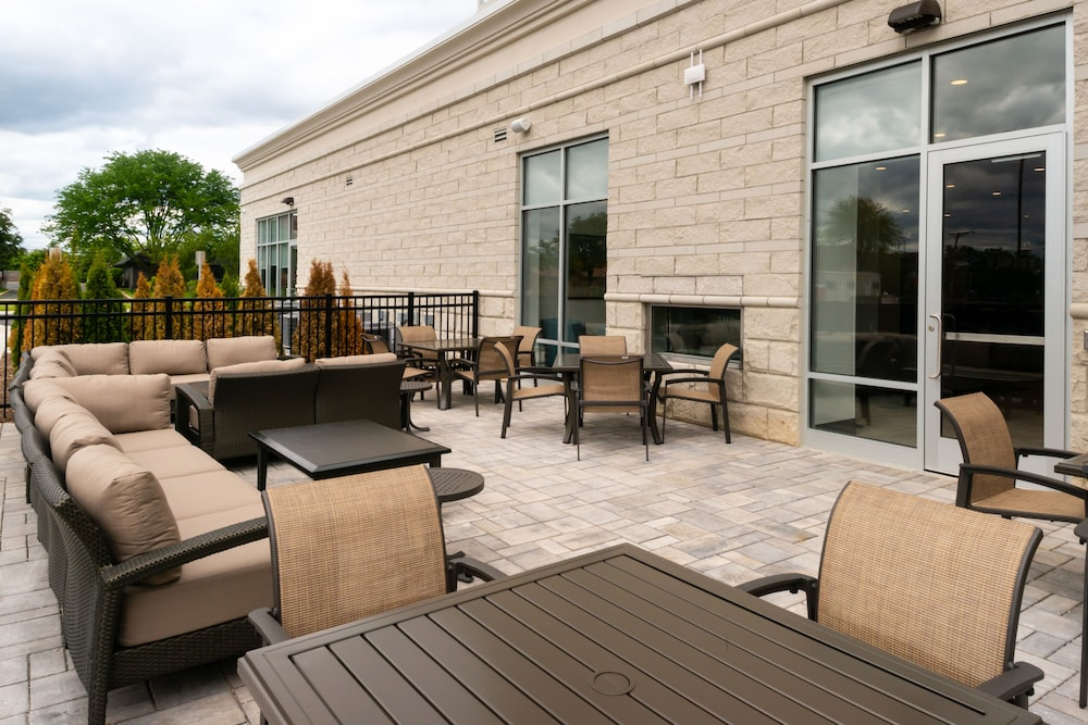 Property Grounds, Holiday Inn Hotel & Suites Farmington Hills - Detroit NW