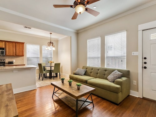 Great Place to stay Downtown/ut | Sleeps 6 | Walk to UT, Bars, Bass Hall & More near Austin