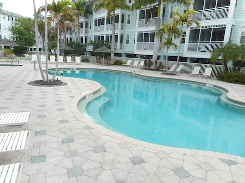 Spacious Condo , Heated Pool, Hot Tub, Work-out Room, Free Wifi & Elevator