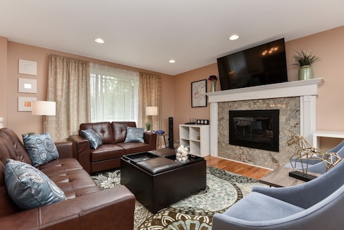Wonderful Downtown Bellevue 6 Bedroom Home! Guests Love us!