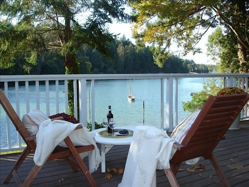 Lovely Waterfront Cottage, Book Your Getaway Now!