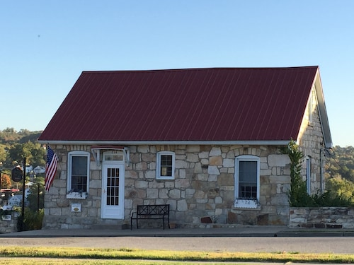 Deflorin Stone Cottage Inn, Hermann's Must See Historic Stone House With View!