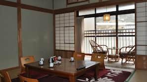 房內夾萬、書桌、床單