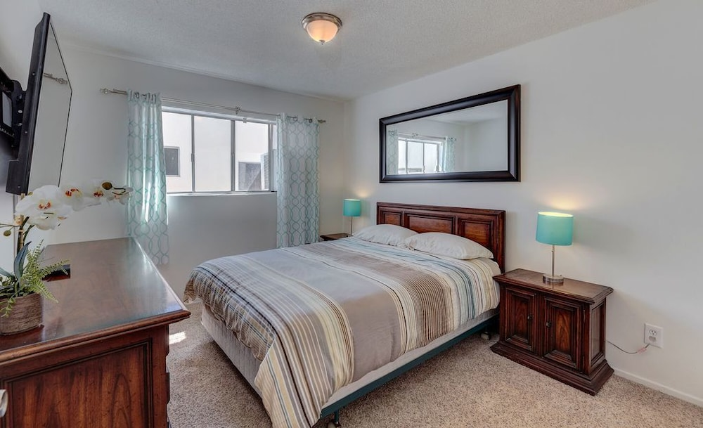 2 Master Bedroom, Light and Bright, Upper Front Unit. SM & Brentwood ...