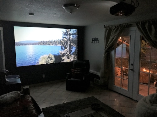 Mt Hood, Home Theaters. Sleeps 6, 2 Bedroom. Private Suite. Cozy Lodgy Feel