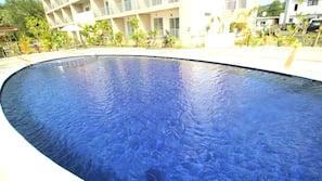 季節性室外泳池;08:00 至 22:00 開放;泳池傘