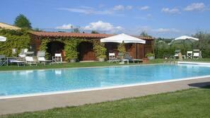 Una piscina al aire libre de temporada (de 8:30 a 20:00), sombrillas