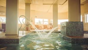 สระว่ายน้ำในร่ม, สระว่ายน้ำกลางแจ้ง, ร่มริมสระว่ายน้ำ
