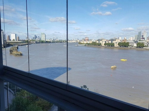2 Bedroom Apartment on the River Thames