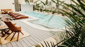 Una piscina al aire libre (de 6:30 a 22:30), tumbonas