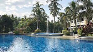 Una piscina al aire libre (de 8:00 a 22:00), sombrillas, tumbonas