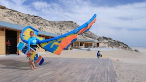 Am Strand, Liegestühle, Windsurfen, Strandbar