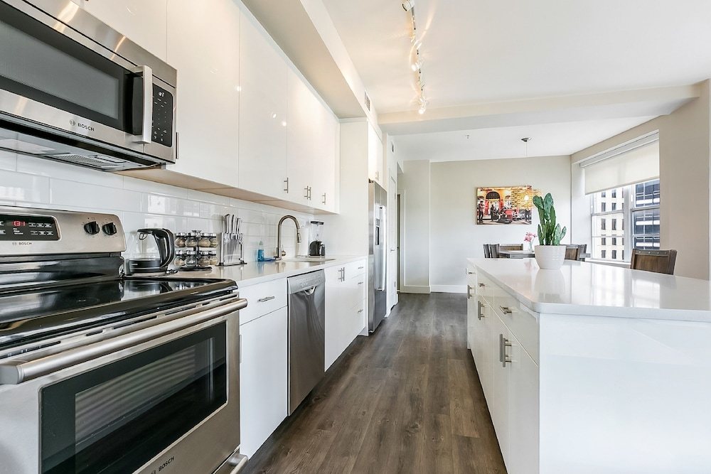 Private Kitchen, Luxury Condos in California Building by Hosteeva