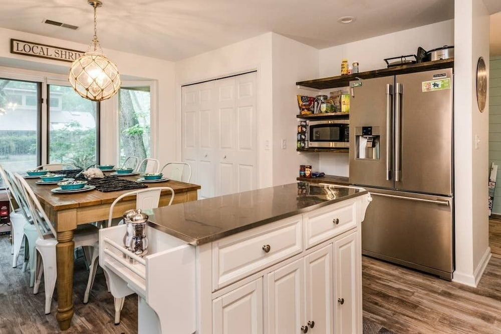 Private Kitchen, Heated Pool With Swim up Bar Short Bike to Beach Sea Pines Location