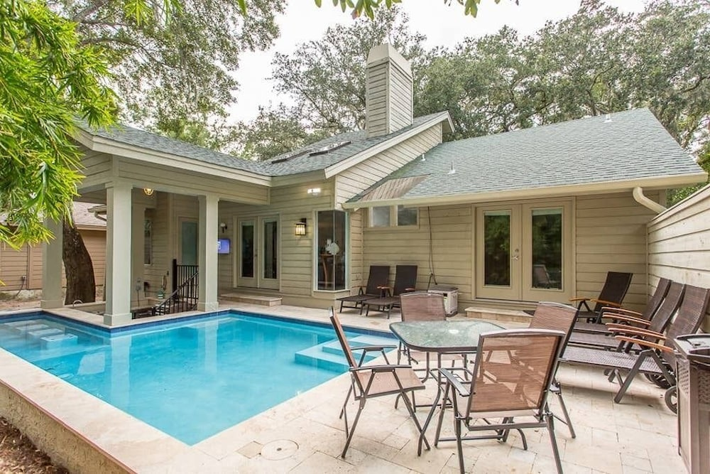 , Heated Pool With Swim up Bar Short Bike to Beach Sea Pines Location