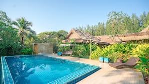 室外泳池;06:00 至 0:00 開放;泳池傘、躺椅